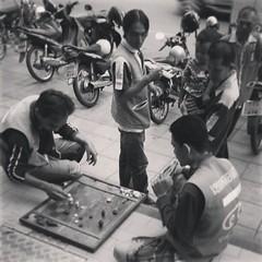 หมากรุกไทย เห็นเล่นกันทุกวัน #Bangkok #Thailand #chess #checkmate #game #thaichess #motorcycle #taxi #biketaxi #กรุงเทพฯ #พี่วิ่ง #หมากรุกไทย #ทุกวัน #เล่นไม่เบื่อหว๊ะ #เห็นกันทุกที่ทุกวัน