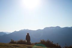 La espera (Nowhere land) Tags: sky woman sun sunlight mountains sol landscape person persona mujer paisaje cielo figure montaas figura