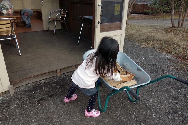 薪運びを手伝う子供達