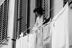Daily (guido.masi) Tags: street blackandwhite lady canon eos florence firenze fl fi biancoenero bucato panni signora stesi tamron70200f28 guidomasi