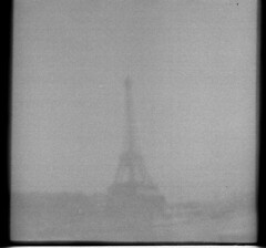 La torre fantasma (Honey Bfly) Tags: dianamini lomography lomo lomografia film 35mm retro vintage pelicula analogico analogue bn blancoynegro blackwhite torre eiffel toureiffel torreeiffel tower paris france