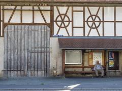 2016-08-13 (schauplatz) Tags: neidlingen schwbischealb wanderung street streetphotography strasenfotografie germany oldman barn scheune fachwerk halftimber door tor
