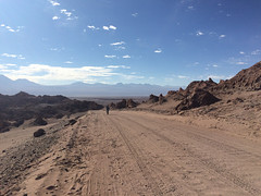 "Le désert d'Atacama: Miss V en plein effort dans la Valle de la Luna <a style=""margin-left:10px; font-size:0.8em;"" href=""http://www.flickr.com/photos/127723101@N04/29120370932/"" target=""_blank"">@flickr</a>"