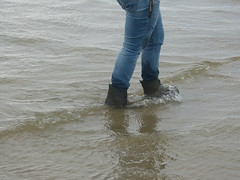 Beach walk (willi2qwert) Tags: rubberboots rainboots regenstiefel nass wellies wellingtons wasser women wet water wave watt gummistiefel gumboots girl strand soaked schmatzig stiefeletten