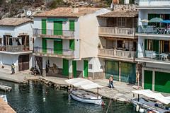 Gente del puerto (1QHF) Tags: airelibre bote edificio gente marinero mallorca baleares mediterraneo puerto paisaje landscape people building sea vida life