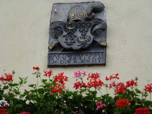 Kartusz z herbem biskupa von Salzy na wieży ratusza w Otmuchowie