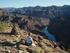 end of the trail (rovingmagpie) Tags: arizona nevada coloradoriver overlook cairn blackcanyon lakemeadnationalrecreationarea sb2013