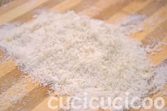 old-fashioned garlic salt during crushing on bamboo cutting board (cucicucicoo) Tags: wood cooking kitchen recipe pepper sale salt bamboo garlic pepe cucina aglio legno cuttingboard ricetta cucinare garlicsalt bamb tagliere saleallaglio