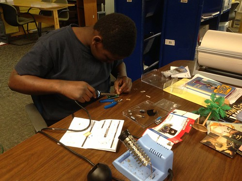"Karris building an audio amplifier • <a style=""font-size:0.8em;"" href=""http://www.flickr.com/photos/52992303@N05/8648632801/"" target=""_blank"">View on Flickr</a>"