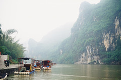 Li River (Choollus) Tags: china travel cloud travelling green film nature fog analog river li asia kodak guilin fiume natura yashica viaggio cina viajar yangshou guanxi viajo xingping viaggiare