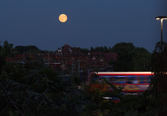 Catching a bus whilst watching the Moonrise 20 July 2016 (Sculptor Lil) Tags: sky moon london moonrise astrophotography handheld waninggibbous canon700d dslrsingleexposure