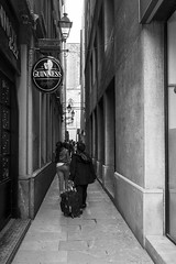 (Vctor Mndez (VM FotoVisual)) Tags: vmfotovisual vmfotovisualstreet streetphotography fotografacallejera blackandwhite blancoynegro calle gente lneas perspectiva street people lines perspective guinness fujifilmx30 barcelona