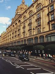 44 (sorinuka) Tags: iphonese sorinuka kensington londonbuildings londonstreets londontaxi exploringlondon london harrods