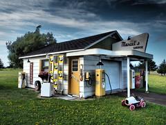 Marcel's (vic.devo) Tags: old goodolddays oldschool gas garage olympusomdem10markii dramatic highdynamicimage blue sky yellow nb cappele