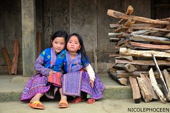 Two close friends, Moc Chau, Son La Province, Vietnam. (Vietnam_Pictures: Nicolephocen) Tags: life original portrait art tourism colors smile kids children vacances photo nikon holidays asia vietnamese image folk retrato couleurs awesome picture son best vietnam asie enfants hanoi minority sourire saigon hochiminhcity vietnamita province vie tourisme indochine color indochina meilleur sonla vitnam d90 vietnamien vietnamienne hochiminhville nikond90 mocchau minorit impressionnante nicolephoceen mocchausonla vietnamesehmongminority