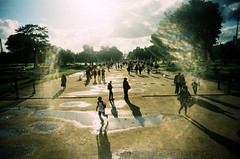 Tuileries, aprs la pluie (Calinore) Tags: park people silhouette garden puddle lomo lomography jardin crossprocessing tuileries provia vivitar parc flaque lomographie rueparisidffrance traitementcroise slimangel