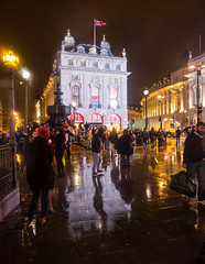 Find me in P.Circus (Ch3micals) Tags: light people london night britain circus great picadilly reflejos