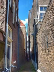 Haringstraat Dordrecht (sander_sloots) Tags: steeg alley haringstraat dordrecht steegje straatje little street oud houses oude huizen binnenstad schrder z1 comatelec urbis armatuur lantern luminaire scooter regenpijpen hwa drainpipes