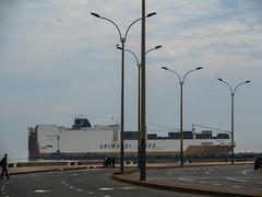 """Montevideo: cargo en vue passant derrière l'autoroute ! ;) <a style=""""margin-left:10px; font-size:0.8em;"""" href=""""http://www.flickr.com/photos/127723101@N04/29459373130/"""" target=""""_blank"""">@flickr</a>"""