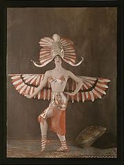 Dguisement fminin du Dieu gyptien Horus, vers 1921 (geldenkirchen) Tags: horus egypt costume costumedesign vintage 1921