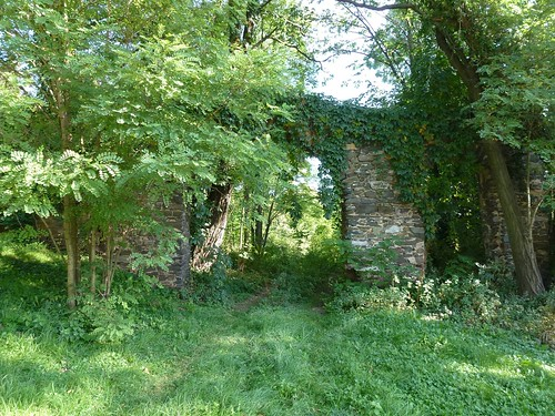 Ruina bramy przy kościele w Kłaczynie