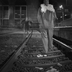 (JONE VASAITIS) Tags: city nightphotography travel people blackandwhite bw man black rayas station angel night photography blackwhite lowlight reisen nikon funny exposure sad stripes railway philosophy triste viajes jail lustig mann engel hombre streifen divertido exposicin ngel philosophie traurig filosofa crcel gefngnis