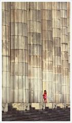 (EBArt) Tags: street red urban scale argentina girl vertical photography rojo buenosaires dress streetphotography documentary contraste casual reddress urbanas bsas monumental documental escala 2011
