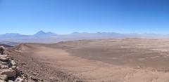 """Le désert d'Atacama et ses volcans vus depuis la Vallée de la Mort <a style=""""margin-left:10px; font-size:0.8em;"""" href=""""http://www.flickr.com/photos/127723101@N04/29118935732/"""" target=""""_blank"""">@flickr</a>"""