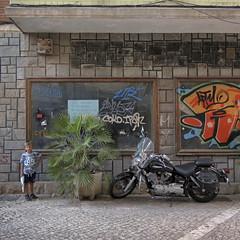 2016.08.24 (maximorgana) Tags: juanjo cartagena calleserreta bazarx shopwindow bike adoquin derelict dirty trashbit