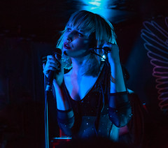 PINS (KristHelheim) Tags: pins espaceb paris concert live gig music musique singer woman rock pop chanteuse bleu blue 6400iso canon6d highiso hautiso ef2485mmf3545usm