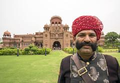 Portero del Hotel Lallgarh Palace, antiguo palacio reconvertido en hotel, cerca de Bikaner (Rajastn-India), 2016. (Luis Miguel Surez del Ro) Tags: lallgarhpalace bikaner rajastn india hotel palacio portero bigote