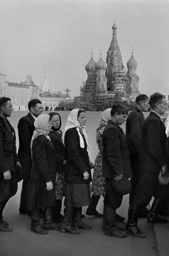 Cartier-Bresson, Henri (1908-2004) - 1954 Waiting in Red Square to Visit Lenin