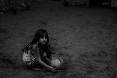 (Iasmin T. Santiago) Tags: parque playing girl playground ball sand child little areia brincar littlegirl criana bola menina brincando brincadeira crianabrincando playingontheplayground
