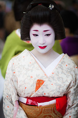 Geiko Katsuru (Laruse Junior) Tags: voyage park trip travel portrait beauty japan canon asian temple kyoto shrine market tea maiko geiko geisha 7d kitano teaceremony parc marché japon sanctuary vacance meiko sanctuaire tenmagu plumblossomfestival katsuru kitanotenmagushrine cérémonieduthéfestivaldelafleurdeprune baikasaifestival