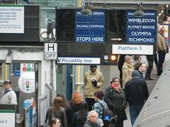 Earl's Court Underground station, crowded platform on District Line (L'habitant) Tags: london platform kensington earlscourt districtline undergroundstation enamelsigns s9100 130319 dscn0163