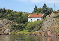 Great location (K Nilsen) Tags: trees summer white house coast wooden rocks waterfront sweden cottage cliffs coastal sverige bohusln grundsund vstkusten summerhome skaft