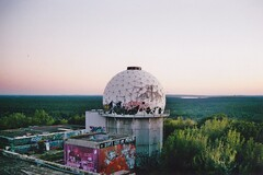 (felixmm.) Tags: felix machleid film minolta analog analogue minoltax700 minolta700 35mm vintage berlin teufelsberg mural graffiti graffity architecture beton sunset plattenbau hip vice vicemag hipster girl back radarstation