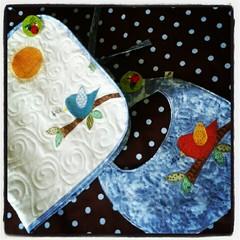 Trocador pra levar na bolsa do bebê e plastificado pra facilitar a limpeza + babador quilt! (Joana Joaninha) Tags: baby amor patchwork enxoval joanajoaninha flickrandroidapp:filter=none