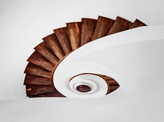 (Maximilian Zimmermann) Tags: city white architecture stairs germany circle de deutschland hotel licht wooden side hamburg olympus clean treppe explore stadt architektur handrail braun holz e5 treppenhaus gelnder weis hlzern explored holztreppe