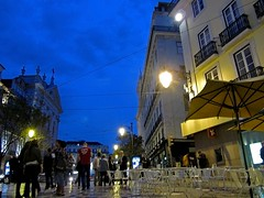 Hora azul en Lisboa (carlos_ar2000) Tags: street people portugal coffee bar evening calle cafe movement gente streetlamp lisboa movimiento farol anochecer chiado