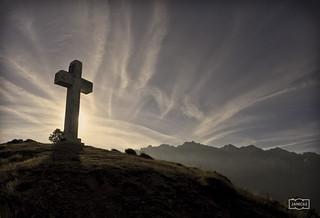 Cruz de la Viorna con el Macizo Oriental como fondo/ La Viorna cross with the Oriental Massif of Picos de Europa mountain range in the background