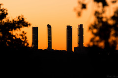 Madrid at dawn (Puenting1) Tags: madrid skyscrapper skyscrappers rascacielos sunrise dawn orange naranja cielo sky sun oligochrome skyline canonef100400mmf4556lisusm canon70d canoneos70d canon teleobjective