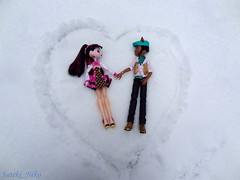 Write your love in the Snow (Suteki_Neko) Tags: monsterhigh doll draculaura clawdwolf valentinesday love snow heart garden