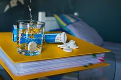 Le travail c'est la sant ! (En Un Click) Tags: water work book eau pentax flash travail drug splash cachet learn highspeed vitesse rapide cahier plouf strob mdicament k30 rvision apprendre strobist