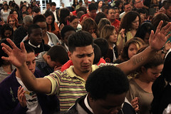 Servicio - 03/27/13 (Rudy Gracia) Tags: music church word de hands worship florida god miami live south ministry jesus christian spanish vida hollywood latin hispanic wisdom presence pastor latinos crowds praise gracia preaching segadores sdv ruddy