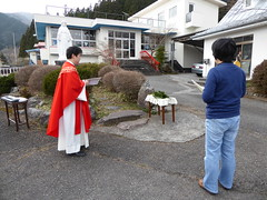 Preparing for the procession (seikinsou) Tags: japan nikko spring stanthony church palm sunday mass priest leaf bless procession