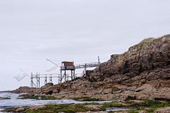 Week-end à Prefailles (fabriceleo) Tags: carrelet pecherie rocher roche ocean mer eau bleu gris nuage prefailles nikon d5100 atlantique