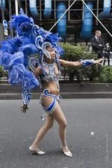 Bleu convaincant - Convincingly Blue (Jean Ka) Tags: france paris carnavaltropical 2016 dfil parade fte umzug celebration street rue strase costume folklore dguisement verkleidung disguise femme woman frau feder plumes feathers bleu blau blue beaubourg danse tanz