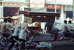 Saigon Nov 1968 - Noodle cart in traffic. Đường Nguyễn Văn Sâm (nay là Nguyễn Thái Bình) (manhhai) Tags: 1969 1968 saigon brianwickham