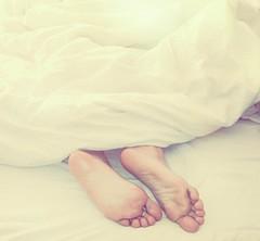 Retozar entre sabanas..... (Explore) (nanettesol) Tags: feet trabajo bed sleep dormir dormire piedi letto happyness sabanas edredon felic niente retozar felicitta